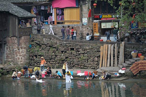 wäscherei im river - chinese wäscherei stock-fotos und bilder