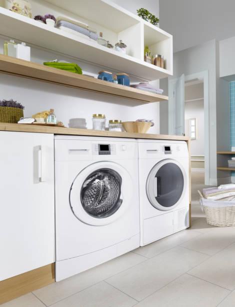 wäscherei zimmer - waschmaschine fotos stock-fotos und bilder