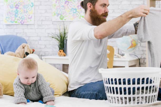 tiempo de lavandería - padre que se queda en casa fotografías e imágenes de stock