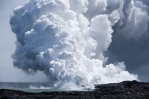 Lavafluß auf das Meer – Foto