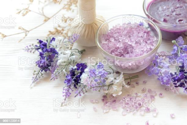 Lavendel I Aromaterapi Spa Med Ljus Thai Spa Koppla Av Behandlingar Och Massage Vit Bakgrund Friska Koncept Välj Och Mjukt Fokus-foton och fler bilder på Avkoppling