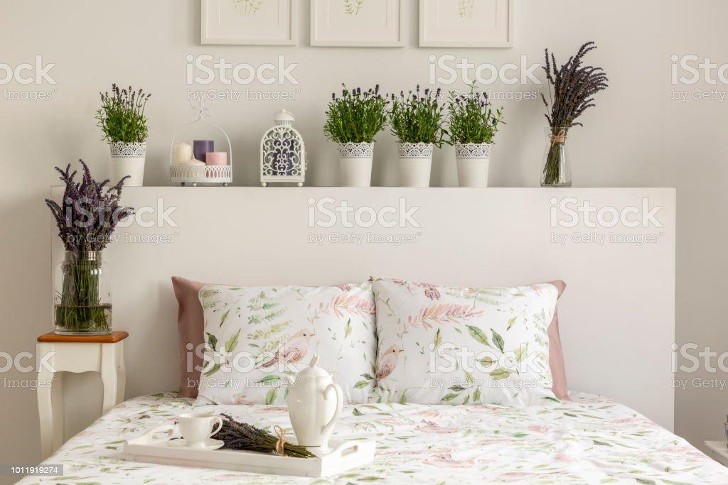 Lavendel Schlafzimmer Innenraum Mit Einem Bett Kissen Holztablett ...