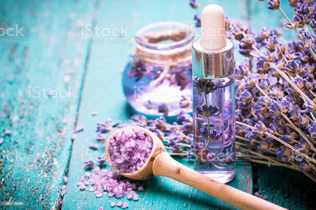 Lavendel Blumen, Öl und Salz, spa beauty-Technologie. Holz alten Hintergrund. – Foto
