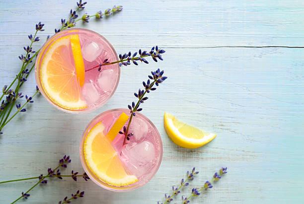 lavendel-limonade - zitronenspeise stock-fotos und bilder
