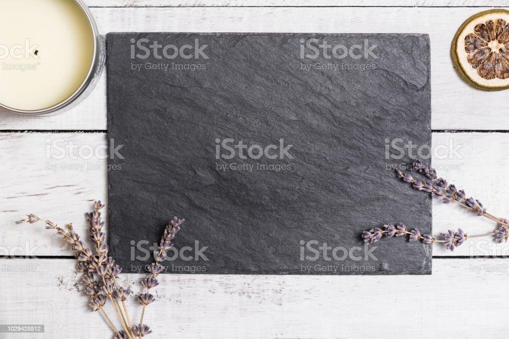 Lavande sur le bureau en bois rustique blanc photo de tonique