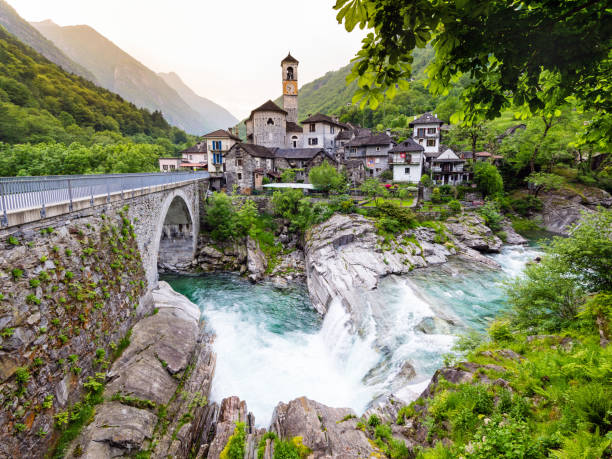 Lavertezzo in Valle Verzasca, Canton Ticino, Switzerland Lavertezzo im Valle Verzasca, Kanton Tessin, Schweiz wasser photos stock pictures, royalty-free photos & images