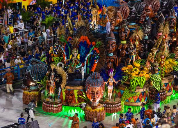 somptueusement décoré char de défilé en sambadromo, rio de janeiro, brésil - carnaval de rio photos et images de collection