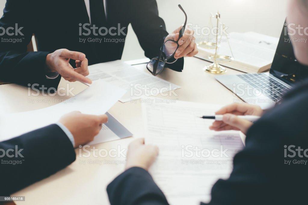 Recht, Beratung und juristische Dienstleistungen-Konzept. Rechtsanwalt und Anwalt mit Teammeeting in Law Firm. – Foto