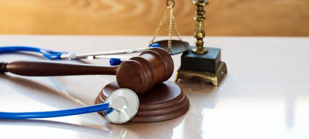 Concepto de derecho y justicia. La Gavel y el estetoscopio - foto de stock