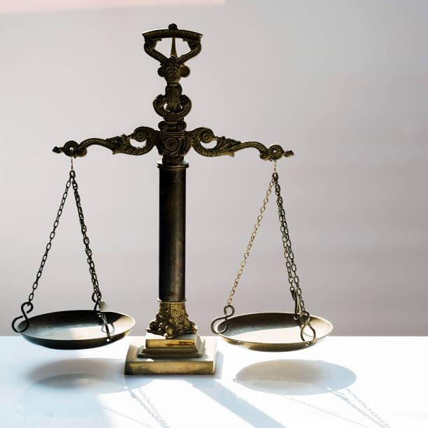 Concepto de ley y justicia, fondo gris - foto de stock