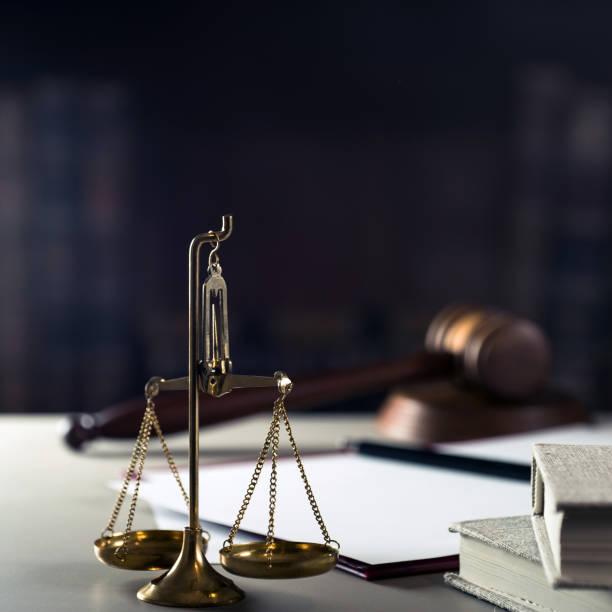 Imagen conceptual de La Ley y Justicia, Escritorio de la oficina del abogado con documentos - foto de stock