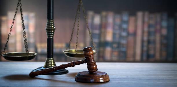 Imagen conceptual ley y justicia.  Antigua biblioteca de la corte - foto de stock