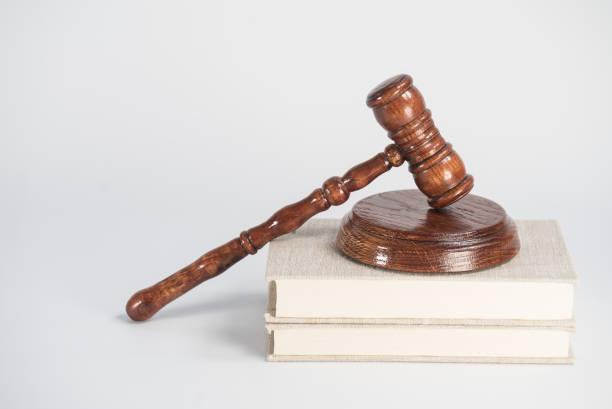 Concepto de Derecho y Justicia. Mallet del juez, libros, escalas de justicia. Fondo de piedra gris, reflejos en el suelo, lugar para la tipografía. Tema de la sala. - foto de stock