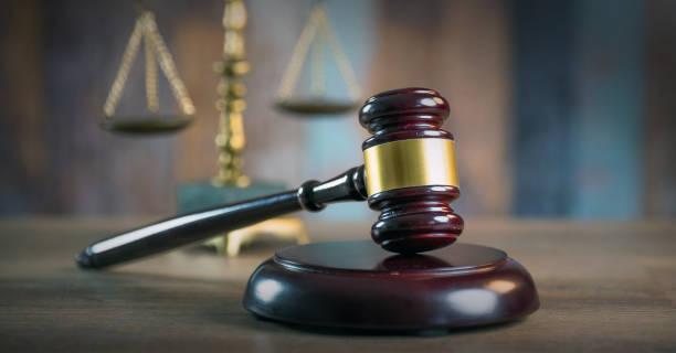 Concepto de derecho y la justicia. Mazo de juez, libros, balanza de la justicia.  Tema de la sala de audiencias. - foto de stock