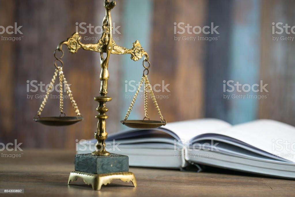 hukuk ve adalet kavrami yargic kitaplar adaletin terazisi cekic mahkeme tema stok fotograflar adalet nin daha fazla resimleri istock