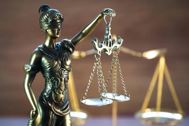Concepto de derecho y justicia sobre fondo de madera - foto de stock