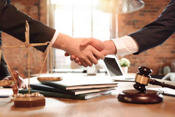 concepto de ley y justicia con abogado - abogado fotografías e imágenes de stock