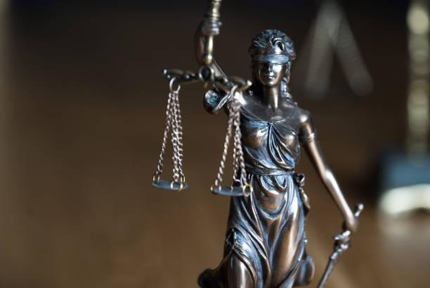 Ley y Justicia, juez mazo con escamas sobre mesa de madera. - foto de stock