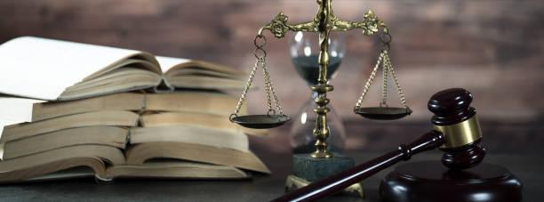 Tema derecho y justicia. Mazo de juez, libros, balanzas de la justicia. Fondo marrón, - foto de stock