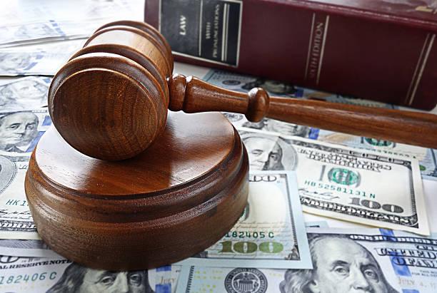 Martillo y libro de derecho - foto de stock