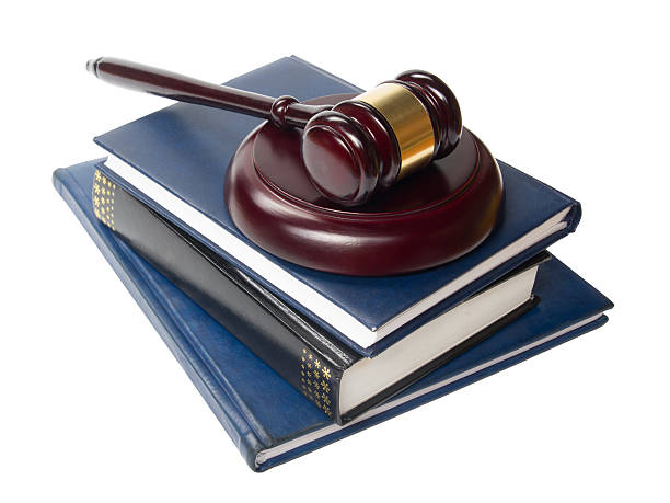 libro con derecho de los jueces mazo de madera sobre la mesa en - civil rights fotografías e imágenes de stock