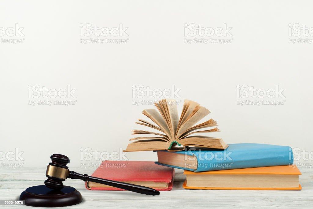 Fotografía de Libro Abierto Concepto De Ley Con Mazo De Madera De ...