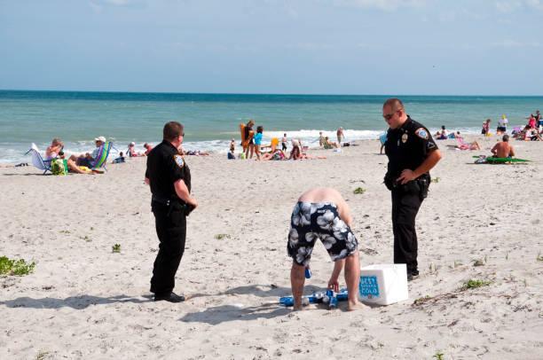 strafverfolgung am strand: kein alkohol - leitungswasser trinken stock-fotos und bilder