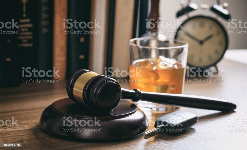 Gesetz-Hammer, Alkohol und Auto-Schlüssel – Foto