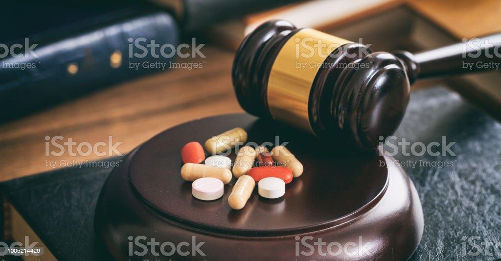 Gesetz-Hammer und bunte Pillen – Foto