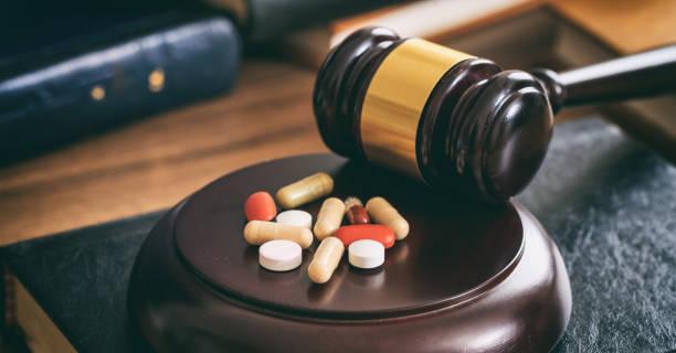 law gavel and colorful pills - droghe ricreative foto e immagini stock