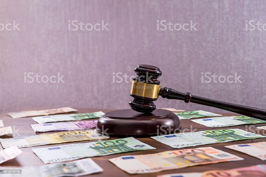 Law gavel with euro on wooden desk photo libre de droits