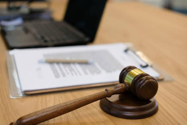 Gesetz Richterhammer & Dokument im Gerichtssaal. Anwalt Rechtsanwalt Gerechtigkeit am Arbeitsplatz – Foto