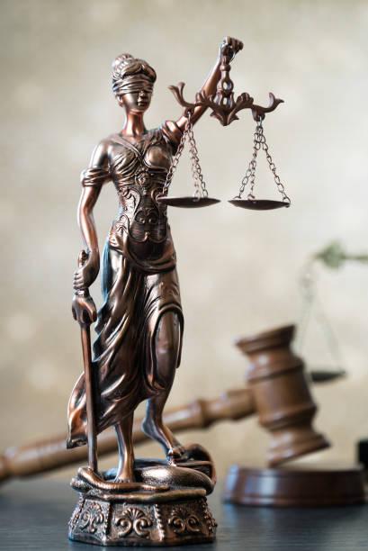 Símbolos de la ley sobre fondo de oro bokeh. - foto de stock