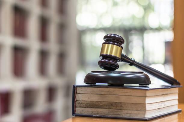 법률, 법적 심판, 소송 및 라이브러리 보관에서 법 교과서에 판사 망치와 정의 개념 공부 방 - 나무망치 뉴스 사진 이미지