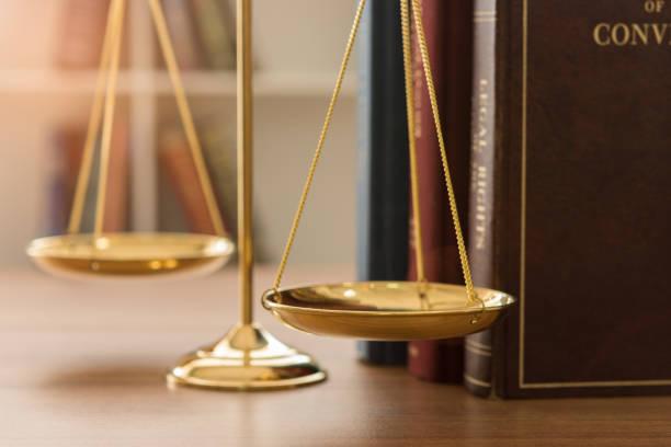 gesetz rechtliche - waage der gerechtigkeit stock-fotos und bilder