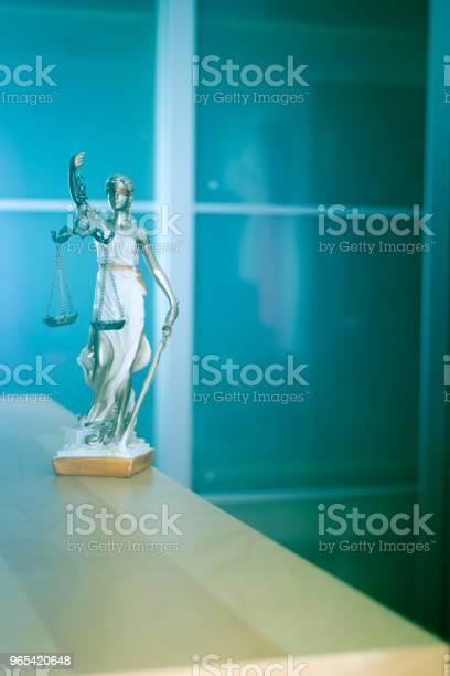 Foto de Lei Escritório Jurídico Justiça Estátua De Cega Deusa Themis Com Escalas Em Escritório De Advogados e mais fotos de stock de Adulto