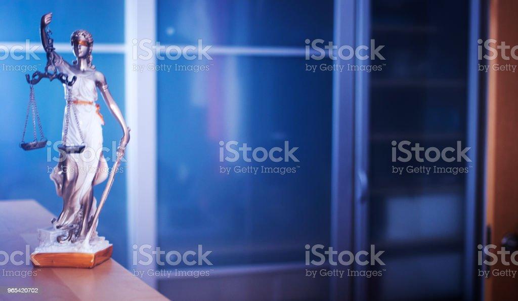 변호사 사무실에서 비늘으로 눈 먼 여신 테미스의 법률 사무실 법적 정의 동상. - 로열티 프리 개념 스톡 사진