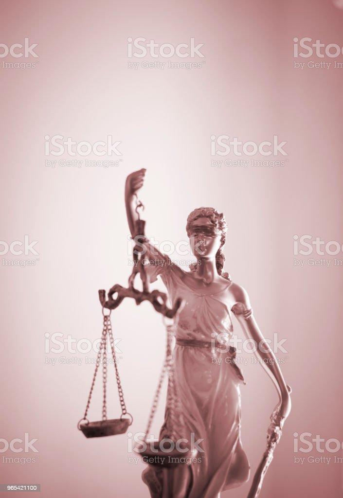 변호사 사무실에서 비늘으로 눈 먼 여신 테미스의 법률 사무실 법적 정의 동상. - 로열티 프리 0명 스톡 사진
