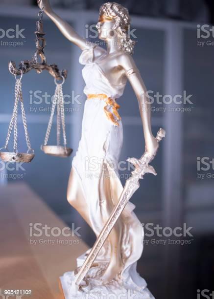 Kancelaria Prawa Sprawiedliwości Pomnik Ślepej Bogini Themis Z Łuskami W Biurze Prawników - zdjęcia stockowe i więcej obrazów Autorytet