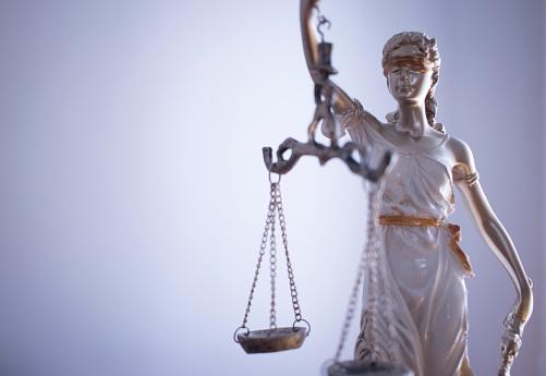 변호사 사무실에서 비늘으로 눈 먼 여신 테미스의 법률 사무실 법적 정의 동상 0명에 대한 스톡 사진 및 기타 이미지