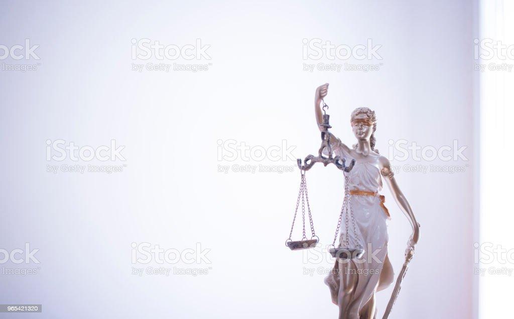 法律辦公室盲人女神 Themis 的法律正義雕像與尺規在律師辦公室。 - 免版稅判決圖庫照片