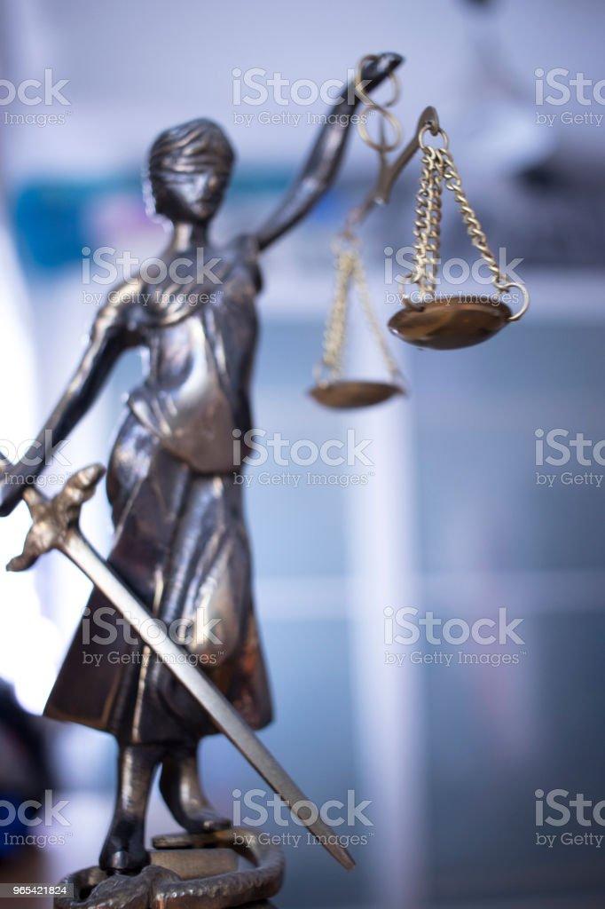 Droit Bureau juridique justice statua aveugle déesse Thémis d'écailles au Bureau des avocats. - Photo de Adulte libre de droits