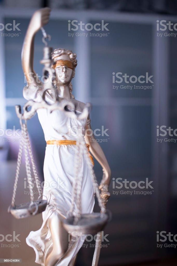 Gesetz Büro juristische Gerechtigkeit Statue des blinden Göttin Themis mit Schuppen im Anwaltsbüro. - Lizenzfrei Augenbinde Stock-Foto