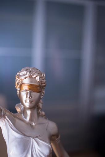 변호사 사무실에서 비늘으로 눈 먼 여신 테미스의 법률 사무실 법적 정의 동상 개념에 대한 스톡 사진 및 기타 이미지