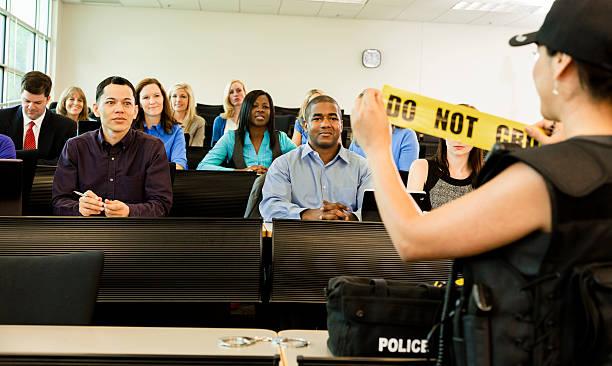 derecho: mujer policía habla de policía cadets en montaje tipo aula. - oficial rango militar fotografías e imágenes de stock
