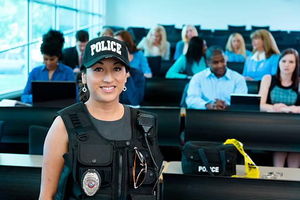 derecho: mujer policía habla de policía cadets. - oficial rango militar fotografías e imágenes de stock