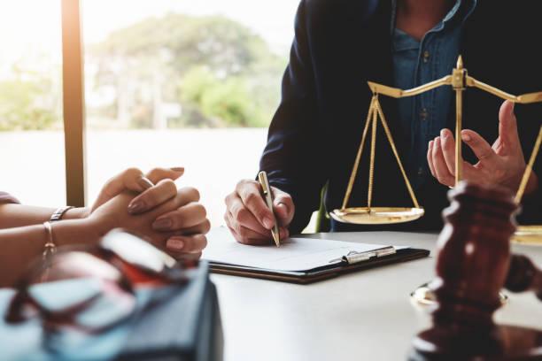ley debe saber concepto, explicó el abogado al cliente para planificar el caso en la corte. - abogado fotografías e imágenes de stock