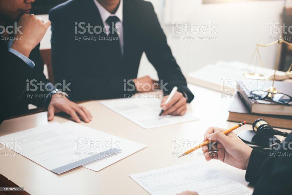 Rechtsanwalt und Anwalt mit Teammeeting in Law Firm. – Foto