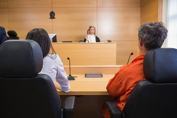 Avvocato e cliente ascoltare Giudice - foto stock