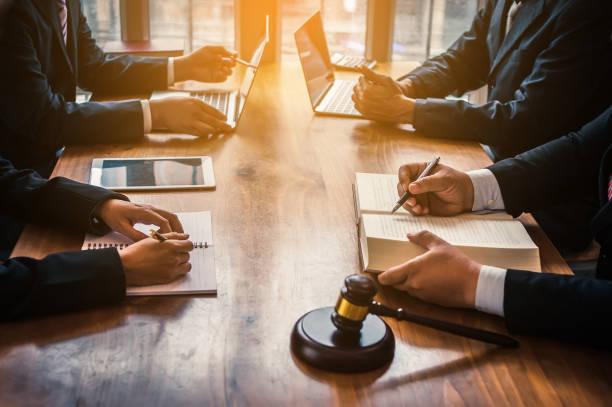 el abogado actualmente está proporcionando asesoramiento legal a los clientes. planificación legal - abogado fotografías e imágenes de stock
